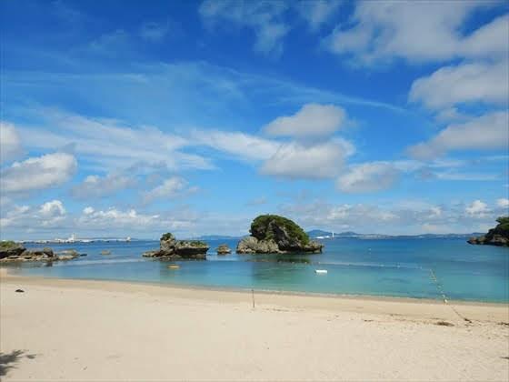 伊計島ビーチ遠くの岩場