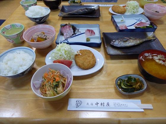 式根島食事焼き魚と刺身とコロッケ