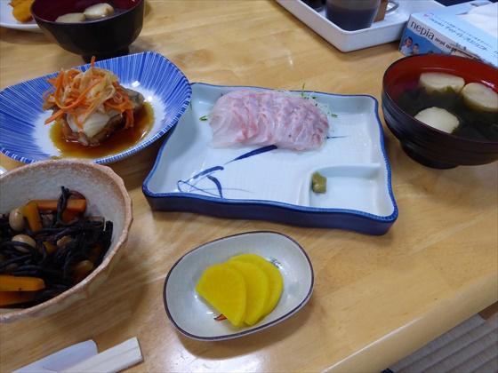 式根島食事刺身とひじきの煮物