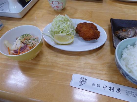 式根島食事鶏肉とサラダ