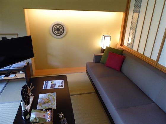 部屋ソファとテレビ