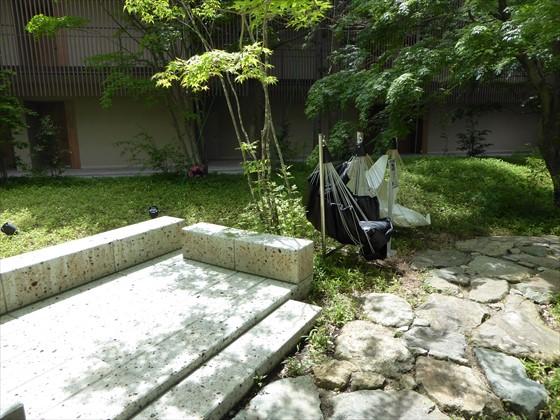 中庭の休憩スペースと揺れるイス