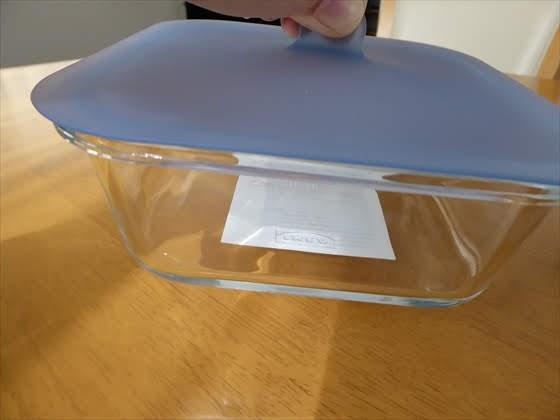 ガラス容器に蓋をのせ持ち上げた状態