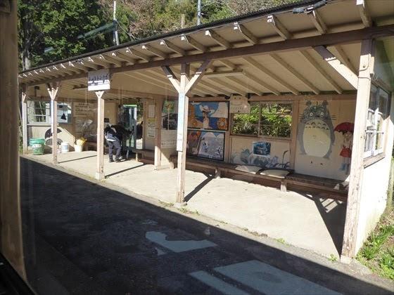 駅の待合室とトトロ