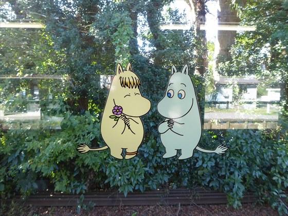 窓に貼られているムーミン達
