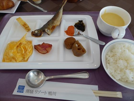 朝食卵、焼き魚、煮物、ごはん