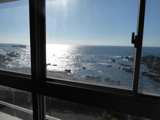 朝の部屋からの景色、海側