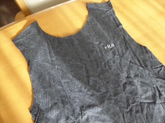 襟と袖をカットしたTシャツ