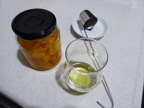 みかんのスピリタス漬けとグラスとカンロ杓子