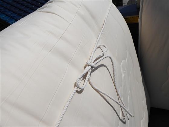 布団の横でロープを結った状態