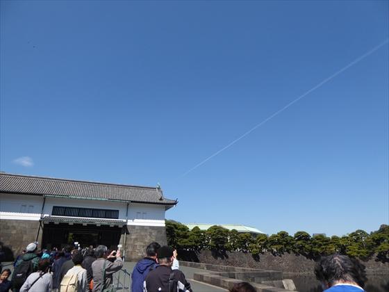 坂下門と飛行機雲