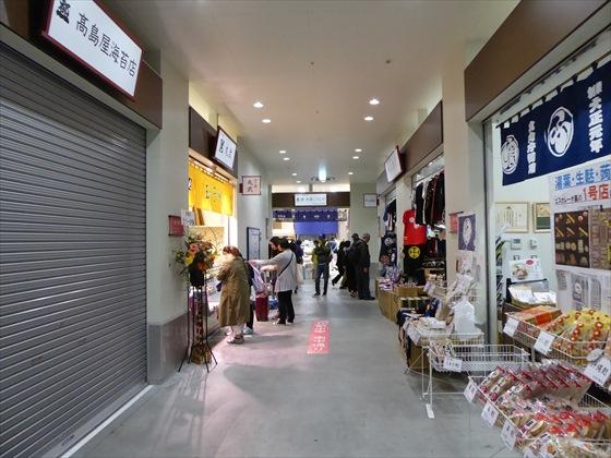 髙島屋海苔店の外観とその前の通り