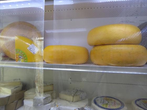 チーズの塊が並んでいるショーケース