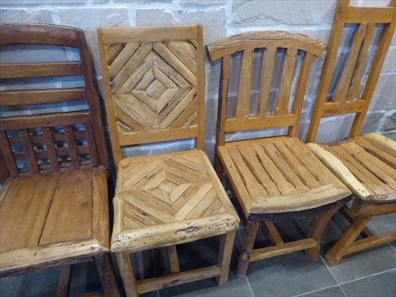 いろんなデザインの木の椅子