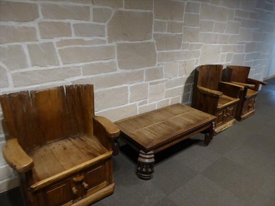 木の椅子と机