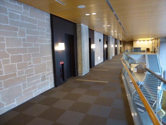 外の光が当たる廊下