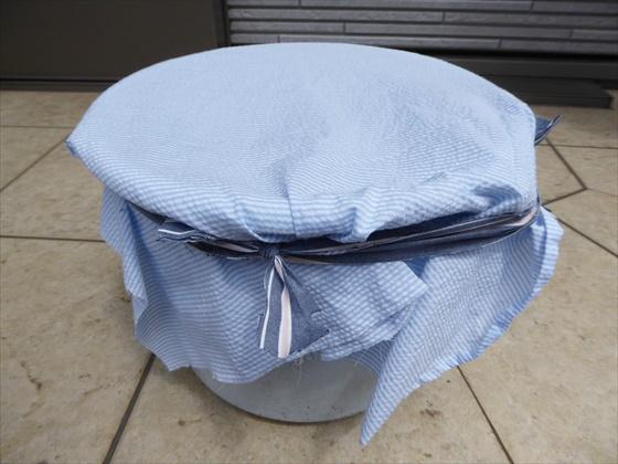 布で蓋をされたバケツコンポスト