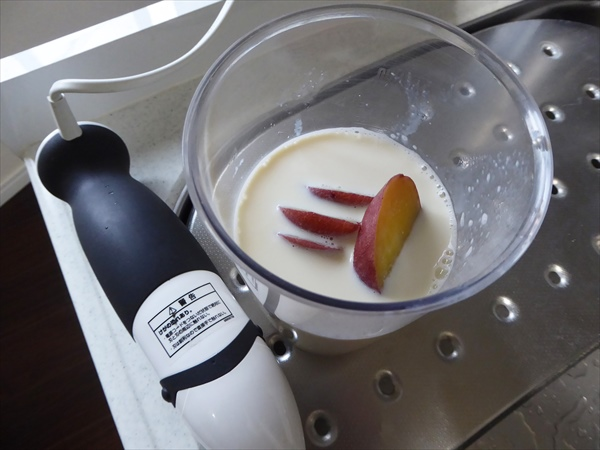 アイス作り、容器に豆乳とさつまいもを入れた直後