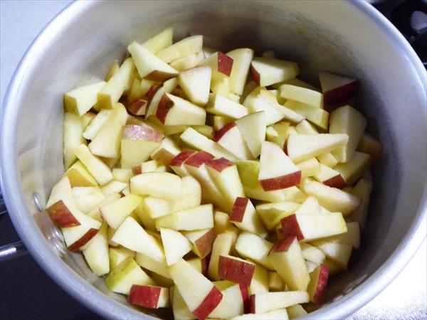 鍋に入った切ったりんご