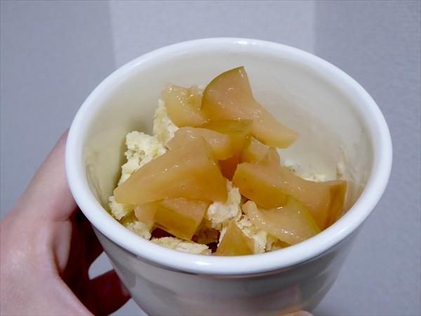 豆乳さつまいもアイスに煮りんごをのせた状態