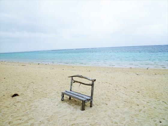 海と砂浜と木の椅子