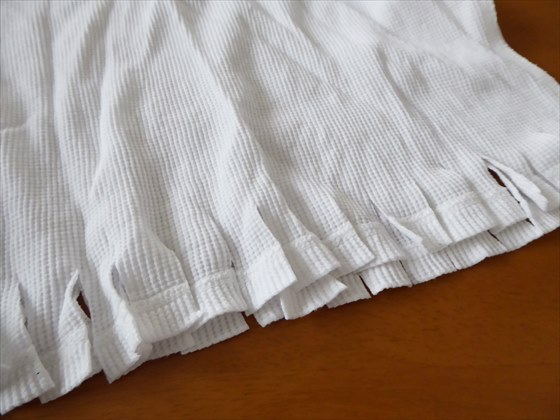 1センチ間隔で裾を切ったロンT