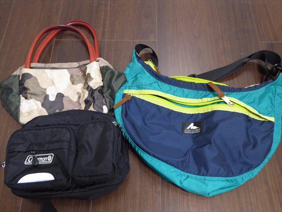 複数のナイロンショルダーバッグ