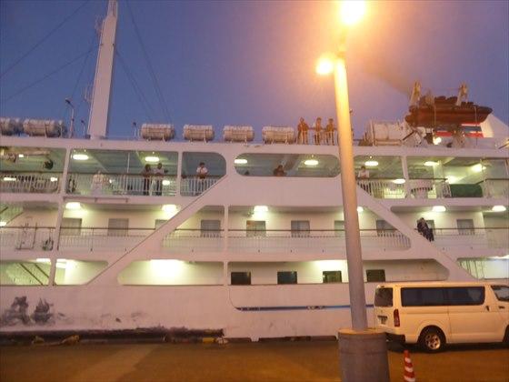 岡田港に到着した船