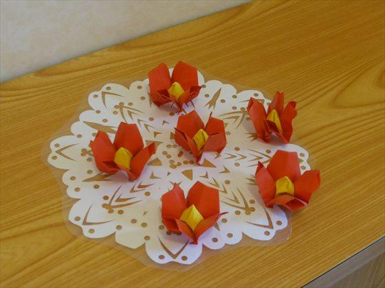 椿型に折られた折り紙