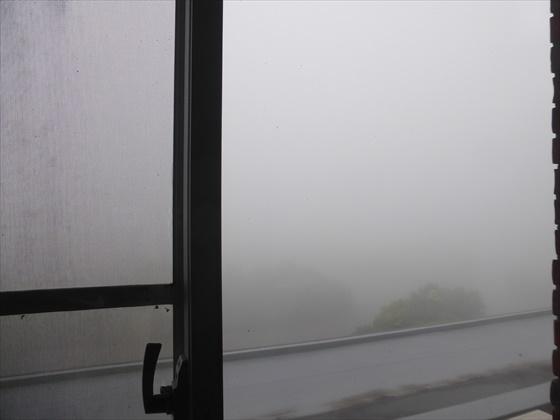 濃霧で白い食堂からの眺め