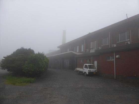 霧の中のホテルを横から撮った景色
