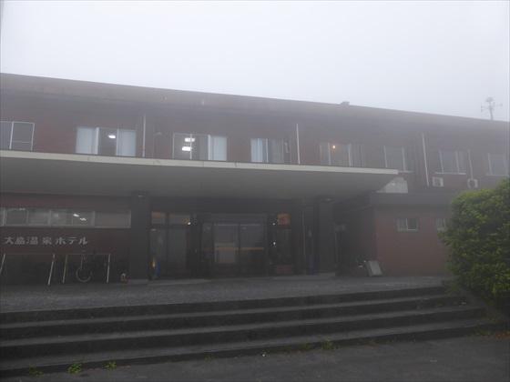 霧の中のホテル正面玄関