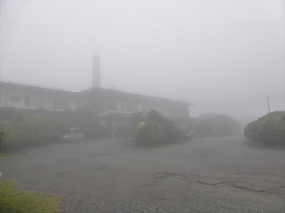霧で見えにくいホテル外観