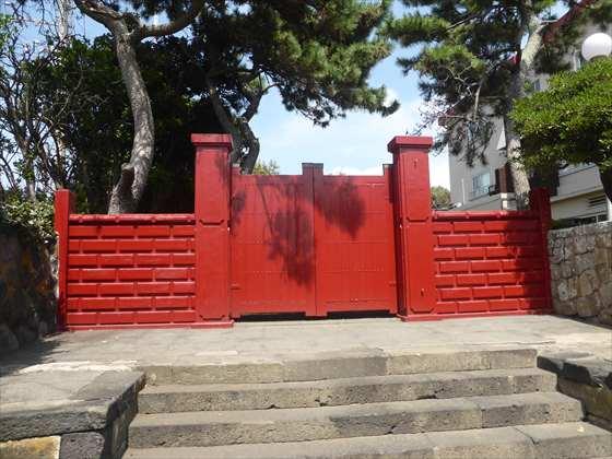 元町港近くの赤門