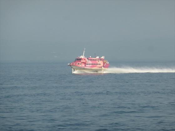 近づくジェット船