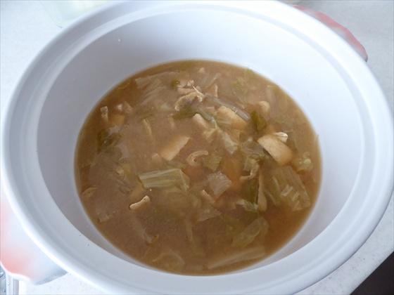 土鍋に入った味噌汁