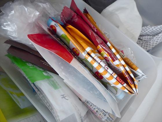 保存してある食品や洗剤が入っていた袋