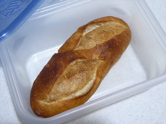タッパーに入ったフランスパン