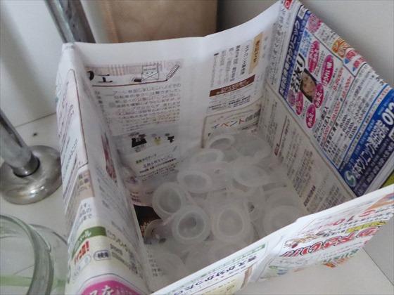 チラシで作った箱に入ったコンタクトレンズ容器