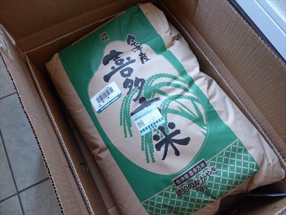 バナナの箱に入った30キロの米袋