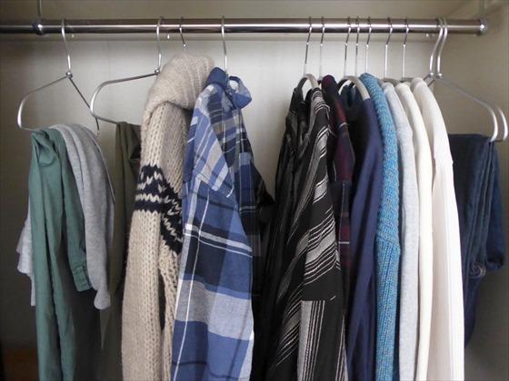 クローゼットにかかる2020年の冬服