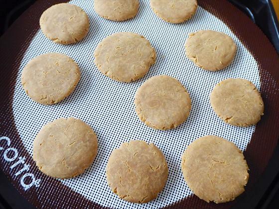 天板に並んだ米粉きな粉クッキー