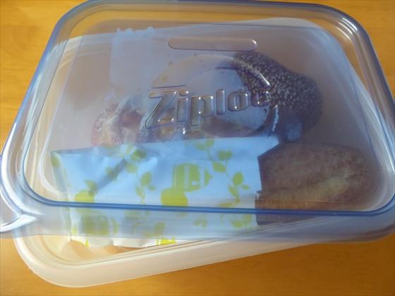 ジップロックコンテナに入った惣菜パン