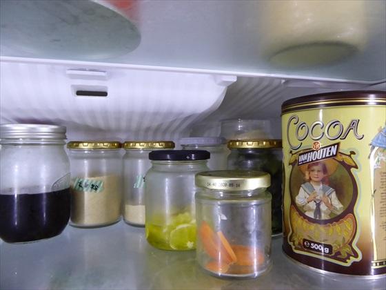 冷蔵庫内に並ぶ保存容器として使われている空き瓶