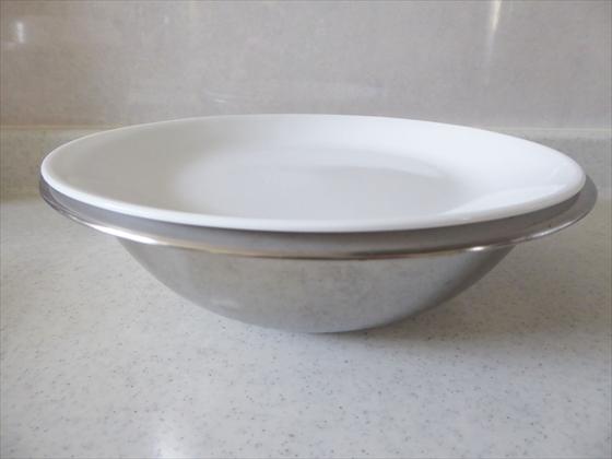 ボウルに皿で蓋をした状態