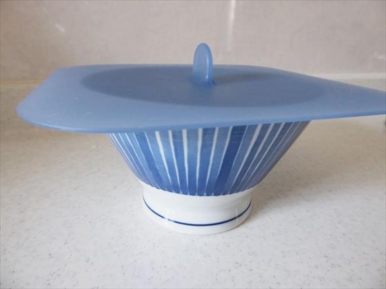 お茶碗にシリコンの蓋をのせた状態