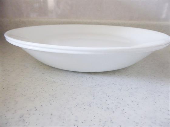 カレー皿に平皿で蓋をしている様子