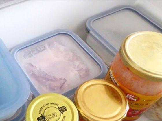 冷凍庫に入っている冷凍された肉
