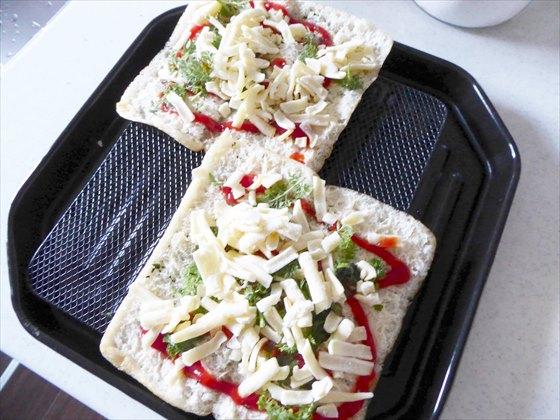 焼く前の油揚げピザ