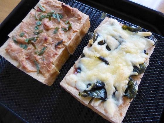 トースターで焼いたごま味噌焼きと海苔チーズ焼き。